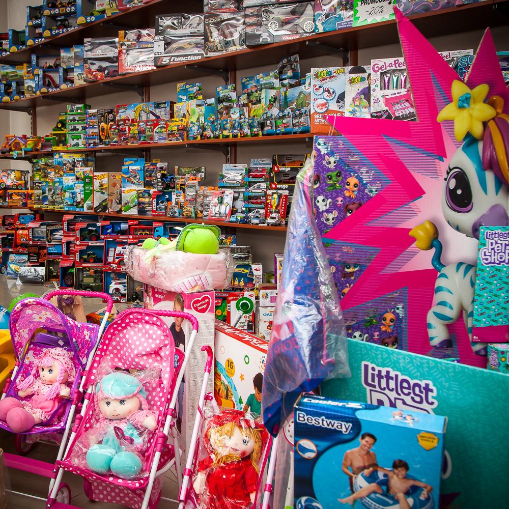 przeróżnych zabawek, gier i puzli dostępnych od ręki i jeszcze więcej na zamówienie